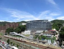 バルコニー先の眼下を山陽電車が走っておりますが、ほぼすべての電車が停まる「山陽須磨」駅。駅から200m程度ですので電車のスピードはゆったりしており、窓を開けておいても通過音が会話を遮りません。